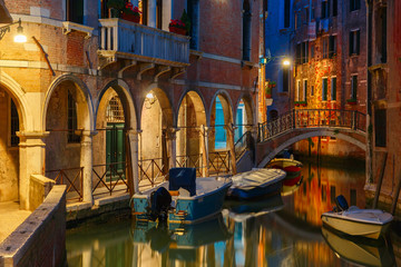 Fototapeten Kanal Night lateral canal and bridge in Venice, Italy