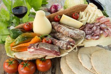 Vassoio di cibo tipico della Sardegna