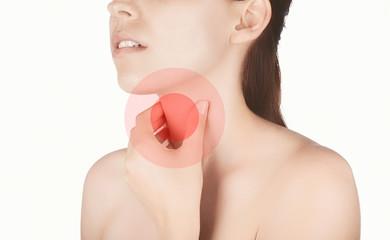 Donna con dolore gola malessere