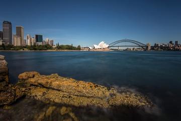 Sydney- Blick auf Downtown und Attraktionen mit Felsen im Vordergrund- Langzeitbelichtung