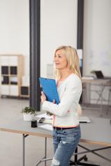 erfolgreiche unternehmerin in ihrem büro