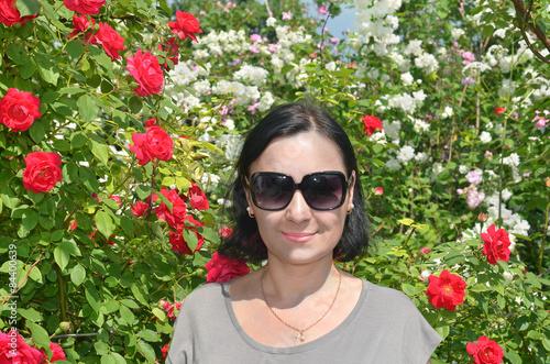 Женщина брюнетка с цветами 42