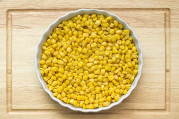 Зерна кукурузы на тарелке крупным планом