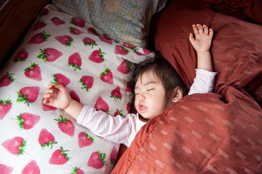睡眠中の子供