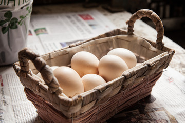 uova dentro un cestino di vimini