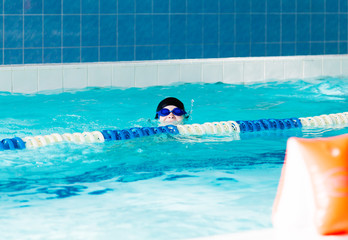 The boy who learns to swim in the pool