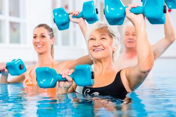 Leute bei Wassergymnastik in Physiotherapie