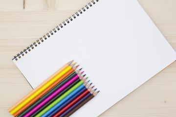 スケッチブックと色鉛筆