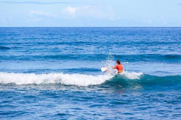 surfer les vagues sur planche à rame