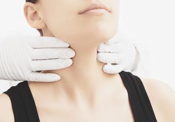 Donna visitata alla gola e collo da medico