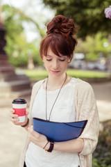 studentin holt sich einen becher kaffee auf dem campus
