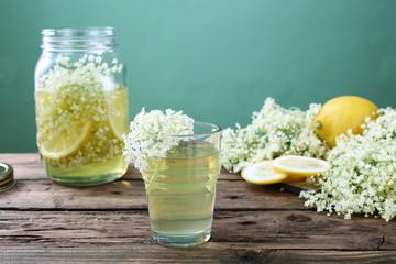 succo con fiori di sambuco e limone sfondo verde