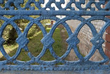 ограда со старой краской