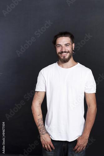 Attraktiver Junger Mann Mit Tattoo Und Bart Lächelt Stockfotos Und