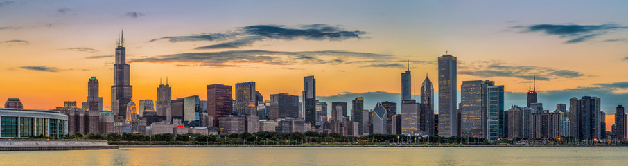 Photo sur Aluminium Chicago Chicago downtown skyline and lake michigan at sunset