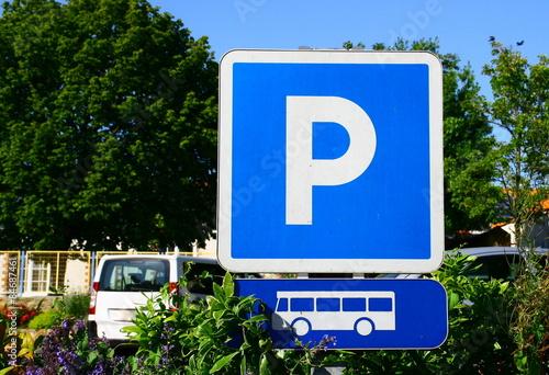 panneau de signalisation parking pour bus arr t photo libre de droits sur la banque d 39 images. Black Bedroom Furniture Sets. Home Design Ideas