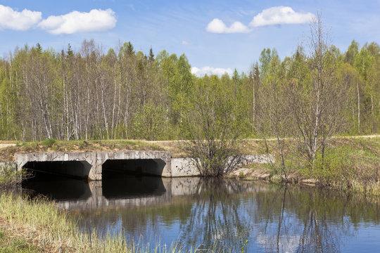 Мост через небольшую лесную речку сделанный из железобетонных каналов