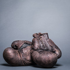 Wall Mural - vintage boxing gloves on a gray background