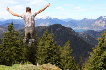 Luftsprung in den Bergen