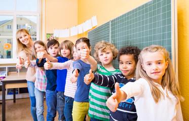 Schüler halten Daumen vor