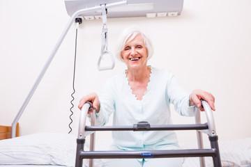 seniorin im Krankenhaus mit Gehstuhl