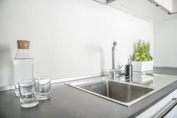 piano cottura di una cucina bianca