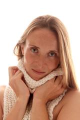 Frau kuschelt mit Schal