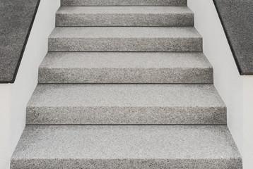 Perfekte Außentreppe aus Granit und Mauern mit Abdeckplatten