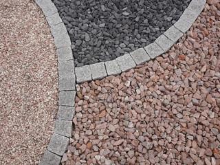 Kleiner Steingarten aus Granitquadern und Steingranulat
