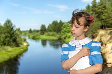Ветер/Девочка на берегу реки с планшетом.