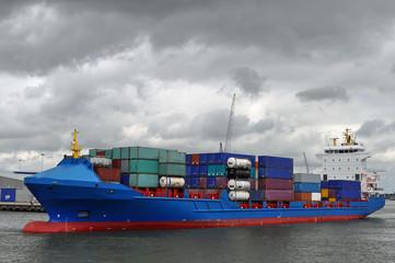 Blaues Frachtschiff mit Kontainer