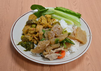 stir fried skin pork with spring onion and chicken with green curry