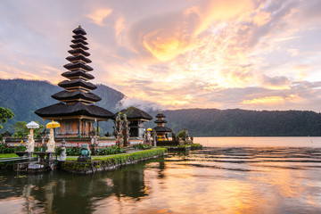 Spoed Fotobehang Bedehuis Pura Ulun Danu Bratan, Famous Hindu temple and tourist attraction in Bali, Indonesia