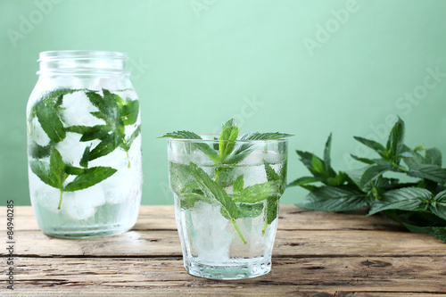 Bevanda Ghiacciata Acqua E Foglie Di Menta Sfondo Verde Stock Photo