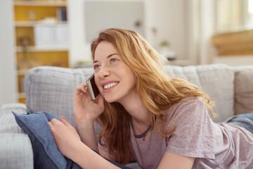 moderne frau telefoniert mit ihrem smartphone zu hause