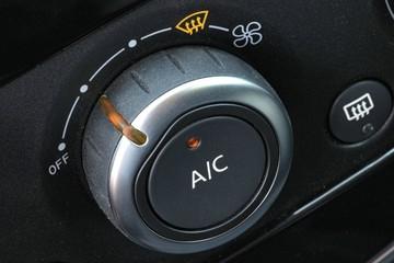 eingeschaltete manuelle Klimaanlage in einem Auto