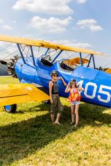 Fillette et femme près du Boeing Stearman