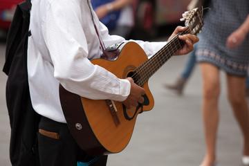 Musicista di strada con chitarra