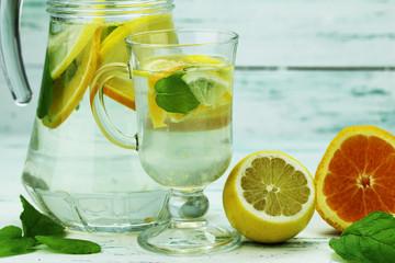 świeża lemoniada z kawałkami owoców i liściem mięty