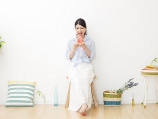 部屋で西瓜を食べる女性
