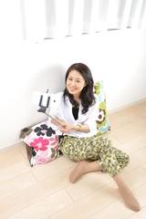 自撮り棒(セルフィー)で自分を撮影している日本人女性