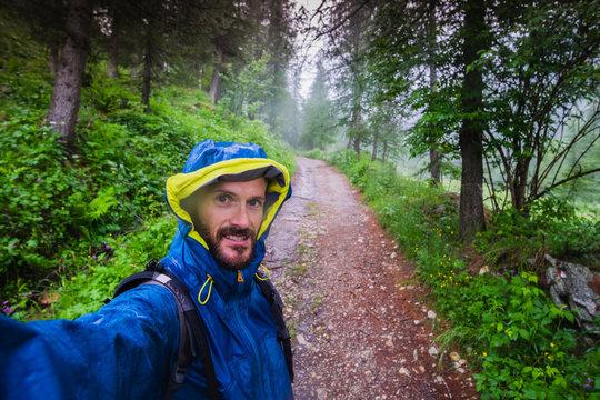 escursione in montagna sotto la pioggia