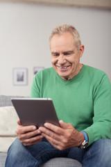 älterer mann liest ein e-book