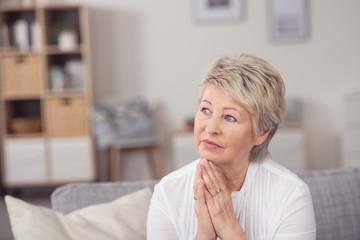 ältere frau schaut besorgt zur seite