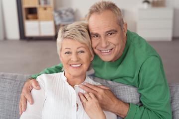 glückliches älteres ehepaar zuhause