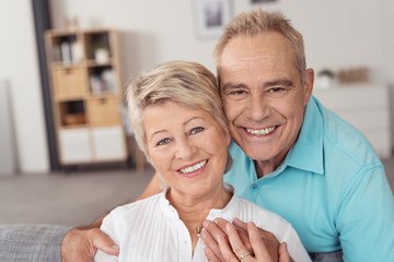 zwei glückliche senioren zu hause in ihrer wohnung