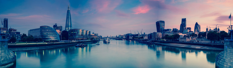 Photo sur Plexiglas Londres Panoramic view on London and Thames at twilight, from Tower Brid