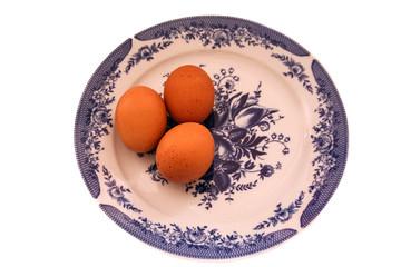 яйца на белом блюде