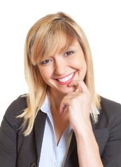 Portrait einer jungen Geschäftsfrau mit dunklen Augen und blonden Haaren