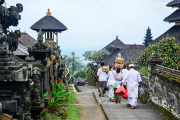 Foto op Canvas Indonesië Balinese people walk in traditional dress in Pura Besakih